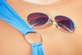 Female belly, bikini and shades — Stock fotografie