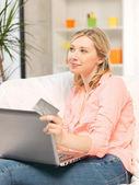 šťastná žena s přenosným počítačem a kreditní karty — Stock fotografie