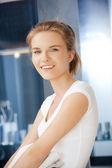 Adolescente sonriente con toallas — Foto de Stock