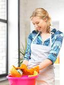 Hospodyňka mytí nádobí v kuchyni — Stock fotografie
