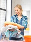 Prachtige huisvrouw met handdoeken — Stockfoto