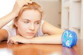 Ragazza adolescente pensosa con orologio — Foto Stock