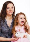 Mujer y niña con conejo — Foto de Stock