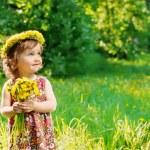 flicka med blommor huvudet krans — Stockfoto