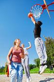 Adolescentes jugando al baloncesto — Foto de Stock