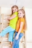 Chicas barras de pared de escalada — Foto de Stock