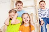 壁側の棒上の子供のグループ — ストック写真