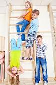 élèves des écoles primaires dans la salle de gym — Photo