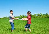 Barn som sprutar vatten — Stockfoto