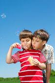 シャボン玉を吹く少年 — ストック写真
