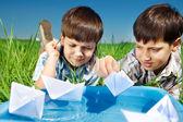 Enfants avec des bateaux en papier — Photo