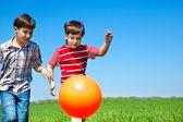 Chlapci kope míč — Stock fotografie