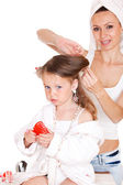 Styling dotters hår — Stockfoto