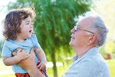 Bébé et grand papy — Photo