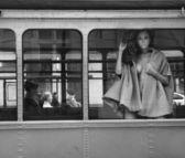 Piękna pani patrząc przez okno — Zdjęcie stockowe
