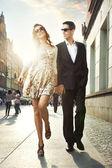 Lyckliga par i ett centrum — Stockfoto