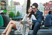 Szczęśliwa para przy użyciu komputera typu tablet — Zdjęcie stockowe