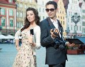 Knappe paar met mobile — Stockfoto
