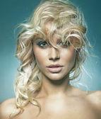 Portrét roztomilá blondýnka — Stock fotografie