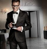 Hombre guapo con taza de café — Foto de Stock