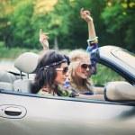 Улыбающиеся женщины в кабриолете — Стоковое фото