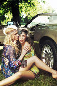 Dvě ženy u auta — Stock fotografie