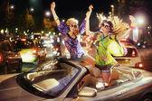 Två glada kvinnor i bil — Stockfoto