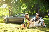 Fröhliche familie auf ein picknick — Stockfoto