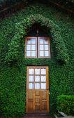 Holzfenster im bergsteiger-haus — Stockfoto