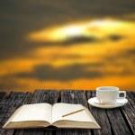 repos pour écrire sur note book et boisson café chaud avec vue coucher de soleil — Photo