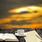Koffiekopje met blanco boek en Opmerking papier in de ochtend tijd — Stockfoto