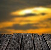 Drewniany stół tło z tło ładny zachód słońca niebo — Zdjęcie stockowe