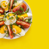 Salad with tomatoes, eggs, green peas and fresh herbs — Stock Photo
