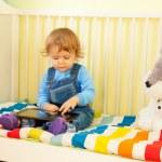pojke leker med TabletPC — Stockfoto