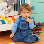 förbryllad pojke leker med mosaik — Stockfoto