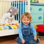 skrattande pojke leker med mosaik — Stockfoto