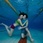 Fun and love underwater shoot of couple — Stock Photo
