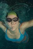 Nadador mulher debaixo d'água — Foto Stock