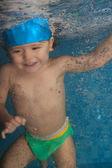 Bambino felice salto in piscina — Foto Stock