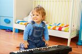 Jongen spelen een componist — Stockfoto