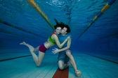 Filmagem subaquática diversão e amor do casal — Foto Stock