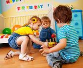 两个男孩和女孩玩玩具金字塔谜题 — 图库照片