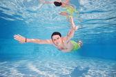 Loco de buceo en la piscina — Foto de Stock