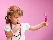 小さな女の子が母親の化粧で遊んで — ストック写真