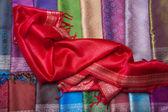 Tezgahın üzerine kırmızı kumaş — Stockfoto