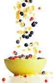 Volar a los copos de maíz tazón con frutas del bosque — Foto de Stock