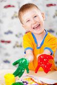 Pojke med målade fingrar — Stockfoto