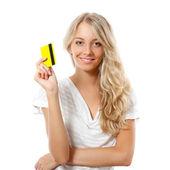 Blonde vrouw gele creditcard bedrijf — Stockfoto