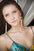 バルコニーの美しいセクシーな夏の女性 — ストック写真