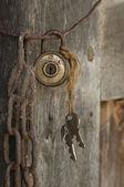 Oude hangslot opknoping op draad — Stockfoto